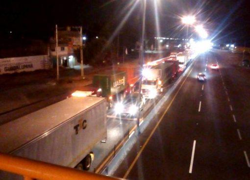 Caída de puente peatonal provoca caos en carretera Apaseo el Alto-Querétaro