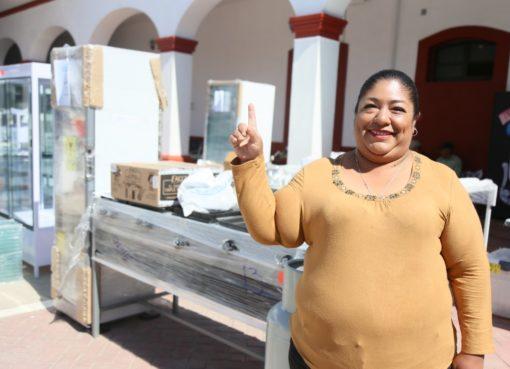 Alcalde de Silao entrega equipamento para negocios de mujeres del municipio