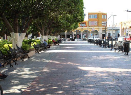 Desinfectan espacios públicos en Cortazar.