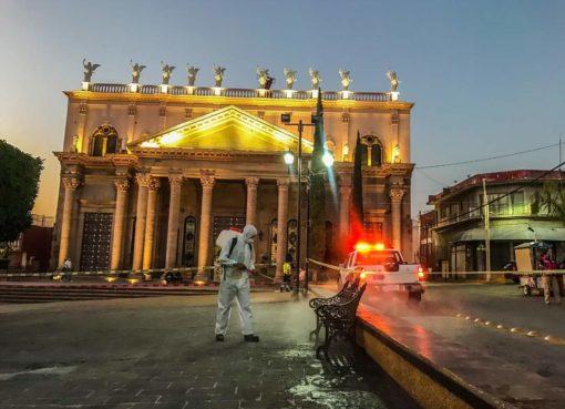 Sanitizan espacios públicos en Apaseo el Alto.