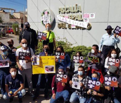 Clausuran periodistas simbólicamente la Fiscalía y Palacio de Gobierno, exigen justicia