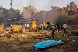 India bate nuevo récord de muertes por COVID-19